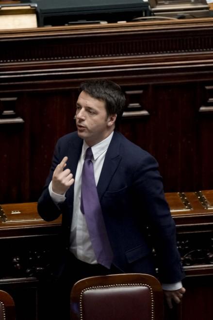 Renzi esce dall'aula, la seduta viene sospesa e lui si scusa