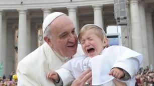 """Francesco bacia il """"Papa bambino"""" e il piccolino scoppia in lacrime    video"""
