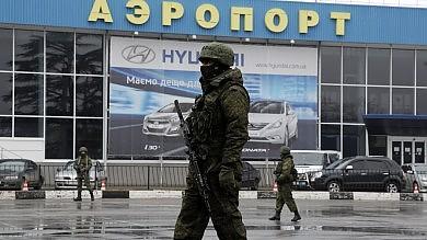 """Crimea, russi occupano 2 aeroporti   foto   Ministro ucraino: """"Invasione""""   diretta tv"""