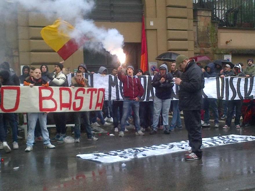 Roma, contestazione dei tifosi davanti alla Figc: cori contro Juve e Napoli