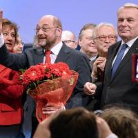 Abbracci, smorfie e cravattini: il Pse scopre Renzi