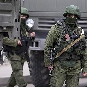 """Ucraina, 15mila soldati russi in Crimea. Kiev: """"Sull'orlo del disastro"""". Merkel a Putin: """"Hai violato trattati internazionali"""""""