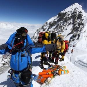 Vuoi salire sull'Everest? Puoi, a patto di scendere con 8 kg spazzatura