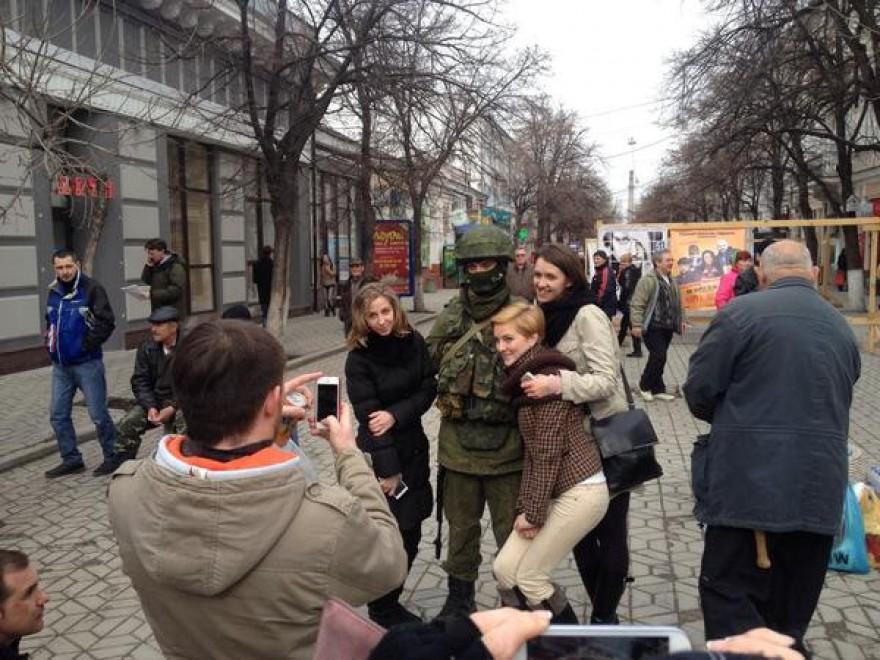 Crimea, le foto ricordo con i soldati russi