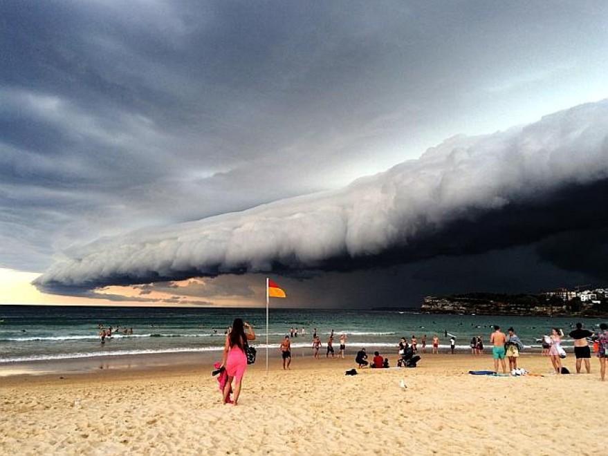 Sydney, tempesta in arrivo: fai la foto e scappa