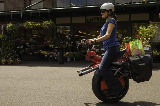 Tra equilibrio e coraggio: la moto ha una ruota sola