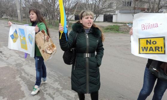 """Ucraina, il Cremlino: """"Stop a ispezioni su nostro arsenale nucleare"""". Mezzi russi su Simferopoli"""