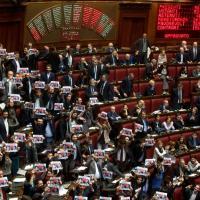 "Legge elettorale, Cartelli M5s in aula: ""Sintonia Renzi-Cav"""