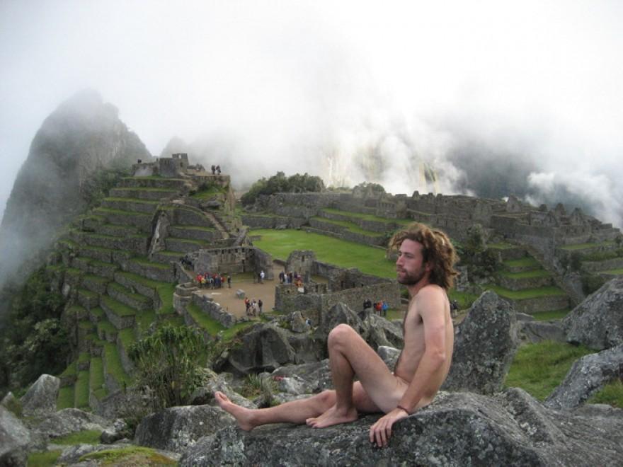 Da Machu Picchu al mondo, il caso dei nudisti davanti ai monumenti