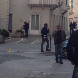 Trieste, ruba pistola a poliziotto e si spara: 21enne in fin di vita