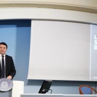 Renzi, le slide durante la conferenza stampa