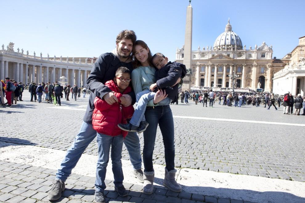 La Poltrona Del Papa.La Poltrona Del Papa I Protagonisti Del Video Regalo Per Francesco
