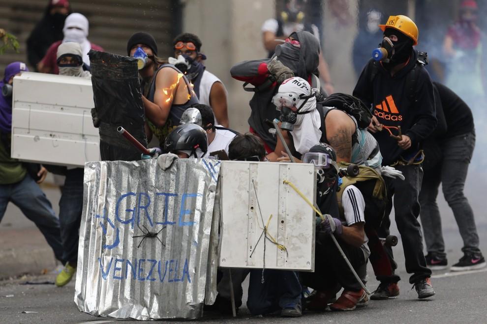 Caracas, durissimi scontri tra studenti e polizia