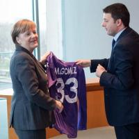 Renzi regala a Angela Merkel la maglia di Gomez