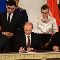 Crimea, firmata annessione alla Russia. Assalto a base della Marina di Kiev. Primo soldato ucraino ucciso