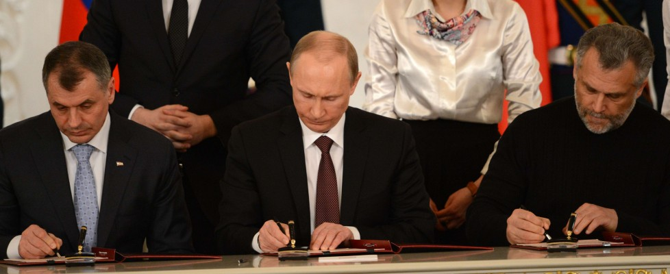 Crimea, Putin sfida le sanzioni e firma accordo annessione. Francia: Russia sospesa dal G8