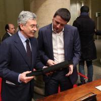 D'Alema regala la maglia di Totti a Renzi