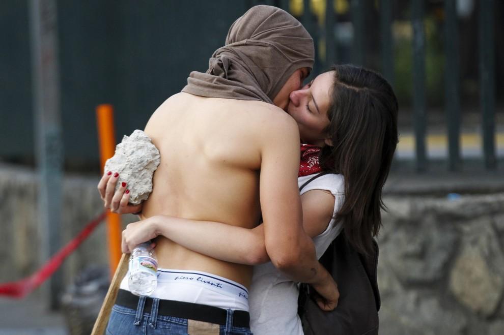 Un bacio e una pietra: lo scatto simbolo a Caracas
