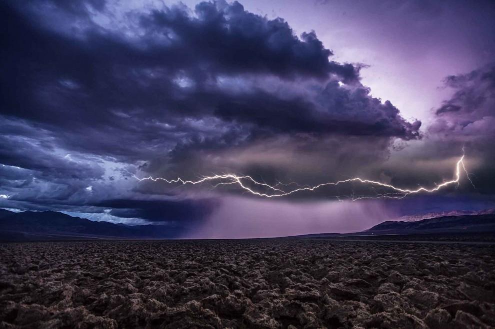 La tempesta è perfetta, il fotografo va a caccia di fulmini