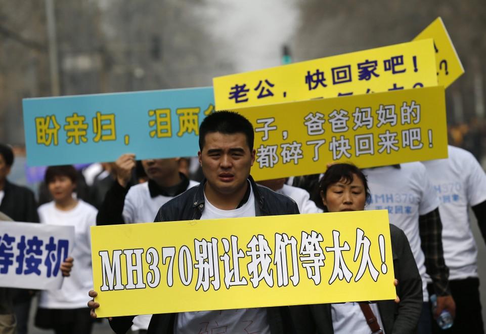 A Pechino le famiglie delle vittime del volo MH370 marciano contro l'ambasciata malese