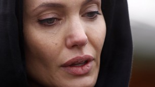 Srebrenica, stupri di guerra le lacrime di Angelina Jolie    Il video