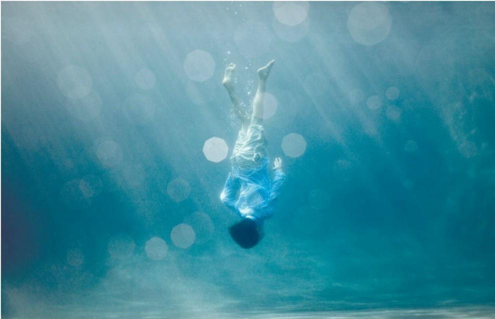 La poesia dell'infanzia negli scatti subacquei di Alix Martinez