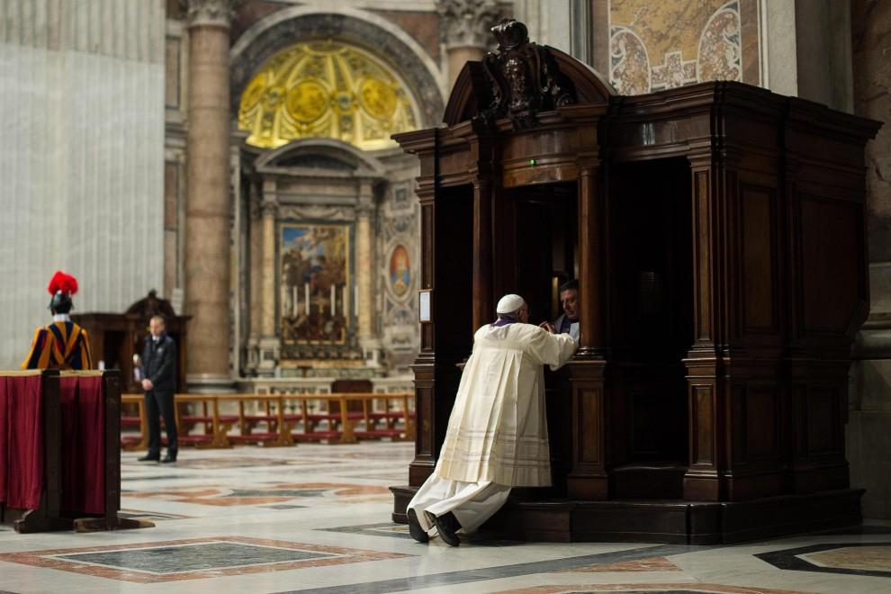 San Pietro, anche il Papa si confessa