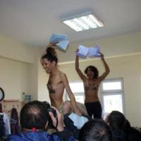 Istanbul, irruzione Femen a seno nudo in seggio Erdogan