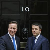 """Renzi al """"10"""" di Downing Street: la stretta di mano con Cameron"""