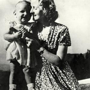 """""""Eva Braun era ebrea"""", il suo Dna da una spazzola per capelli"""