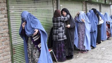 Afghanistan , a milioni sfidano i talebani Al voto moltissimi giovani e donne   foto