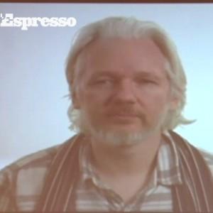 """Assange: """"Siamo spiati 24 ore su 24, rischiamo il totalitarismo"""""""
