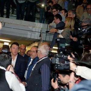"""Renzi: s<span itemprop=""""description"""">inistra che non cambia diventa destra. E promette: Online spese di partiti, sindacati e Pa<br /></span>"""