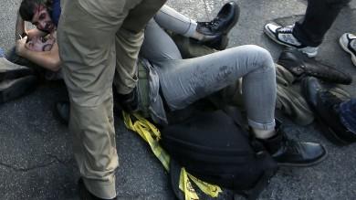 Roma, polemiche dopo le violenze -   foto     Fotosequenza  L'agente in borghese    colpisce la ragazza a terra  -   Il video