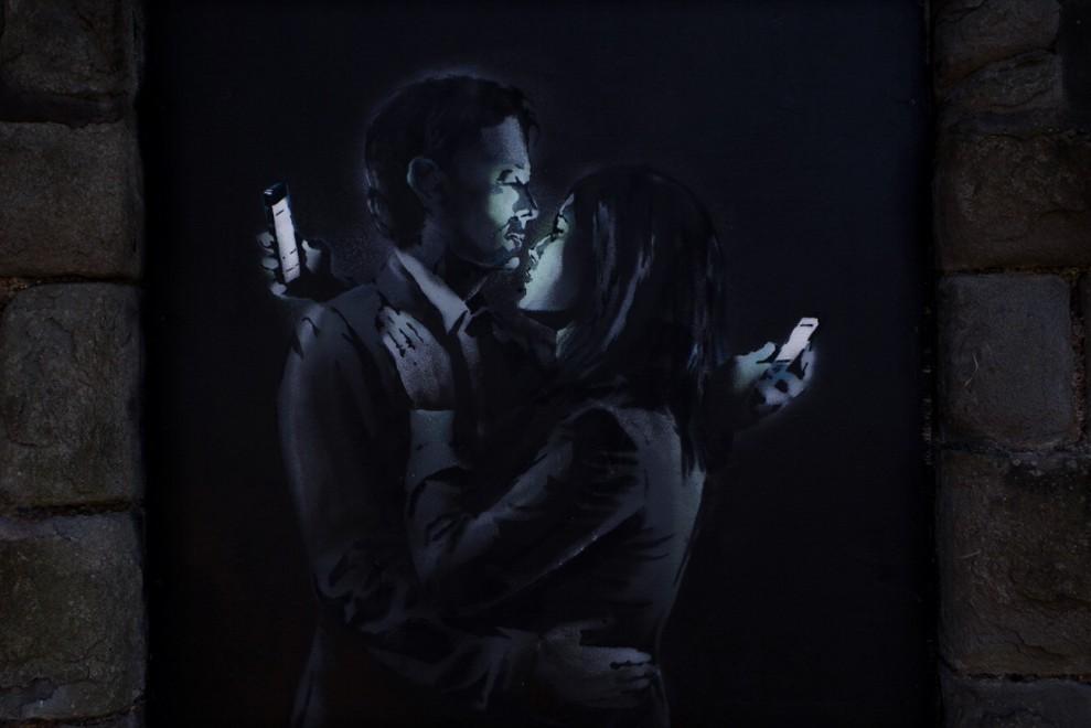 Amanti al cellulare, la nuova opera di Banksy