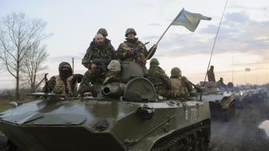 """Ucraina, truppe di Kiev in azione nell'Est Il presidente: """"Mosca ha progetti brutali"""""""
