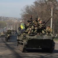 "Ucraina dell'est, i soldati si arrendono ai filorussi. Putin a Merkel: ""Rischio guerra civile"""