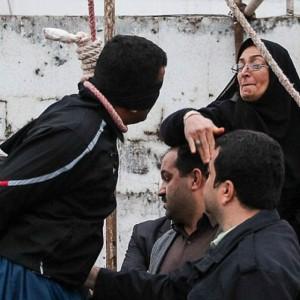 Iran, una mamma perdona l'assassino di suo figlio e gli toglie il cappio dal collo durante l'esecuzione