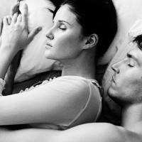 Così dormono le coppie: si è felici solo a contatto