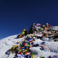 """Everest, gli sherpa morti in un incidente sul lavoro per il """"luna park"""" delle spedizioni turistiche"""