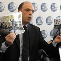 Scontri, Alfano con foto: 'Ecco i bravi ragazzi anti austerity'