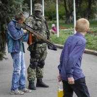 Ucraina, bambini imbracciano i fucili: foto ricordo con i militari