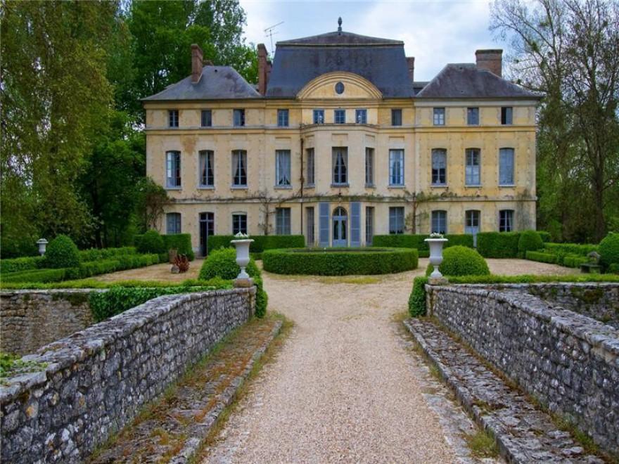 Case Di Campagna Francesi Rivista : Catherine deneuve vende casa un castello da mln di euro