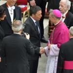 Il giorno dei due papi, Matteo Renzi e la moglie Agnese nella tribuna delle autorità