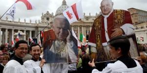 """In piazza i volti e le bandiere di tutto il mondo """"Siamo qui per i nostri Papi"""""""