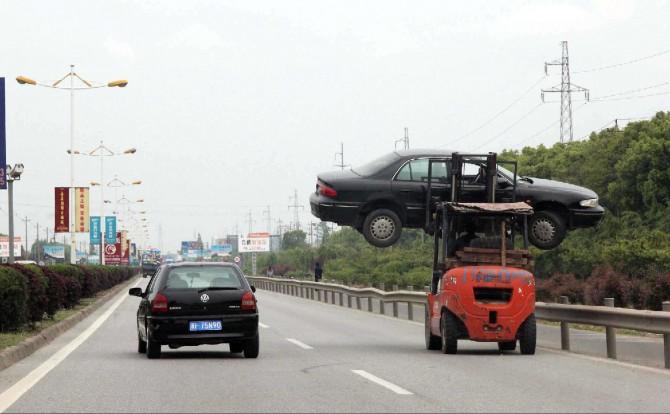 Cina, l'auto in panne si trasporta così