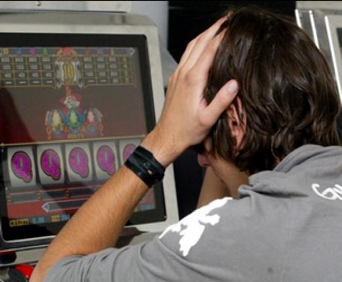 Ludopatie, 20% degli under 18 frequenta slot e sale Bingo