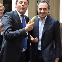 Dani Alves, anche Renzi mangia la banana con Prandelli