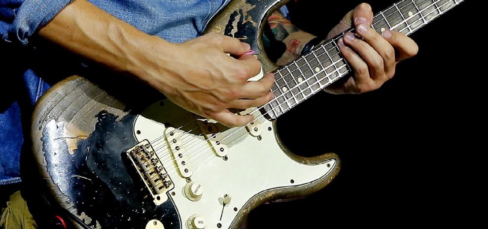 Amato La Fender Stratocaster compie sessant'anni ma resta la chitarra  UH82