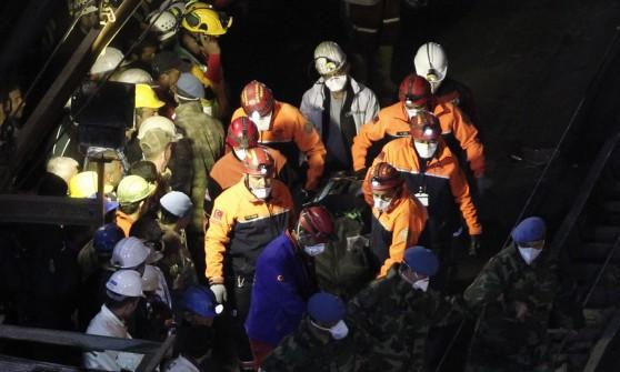 Turchia, nuovo incendio nella miniera. I morti salgono a 301, ancora scontri a Soma